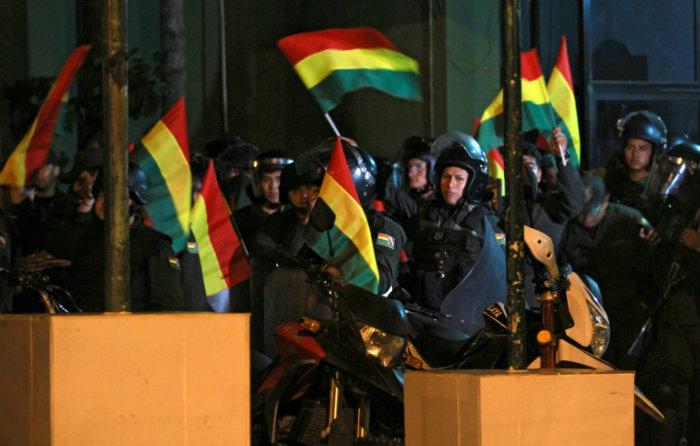 Unidades policiais se revoltam contra o polêmica vitória eleitoral do presidente Evo Morales. Foto: AFP / DANIEL WALKER