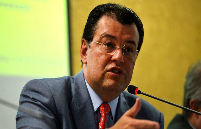 """O líder do MDB no Senado, Eduardo Braga (AM) disse que """"para abrir o emprego para o jovem eles estão tributando o desempregado. É muito contraditório. Nós vamos ter de ajustar"""". (Foto: Fabio Rodrigues Pozzebom/Agência Brasil)"""