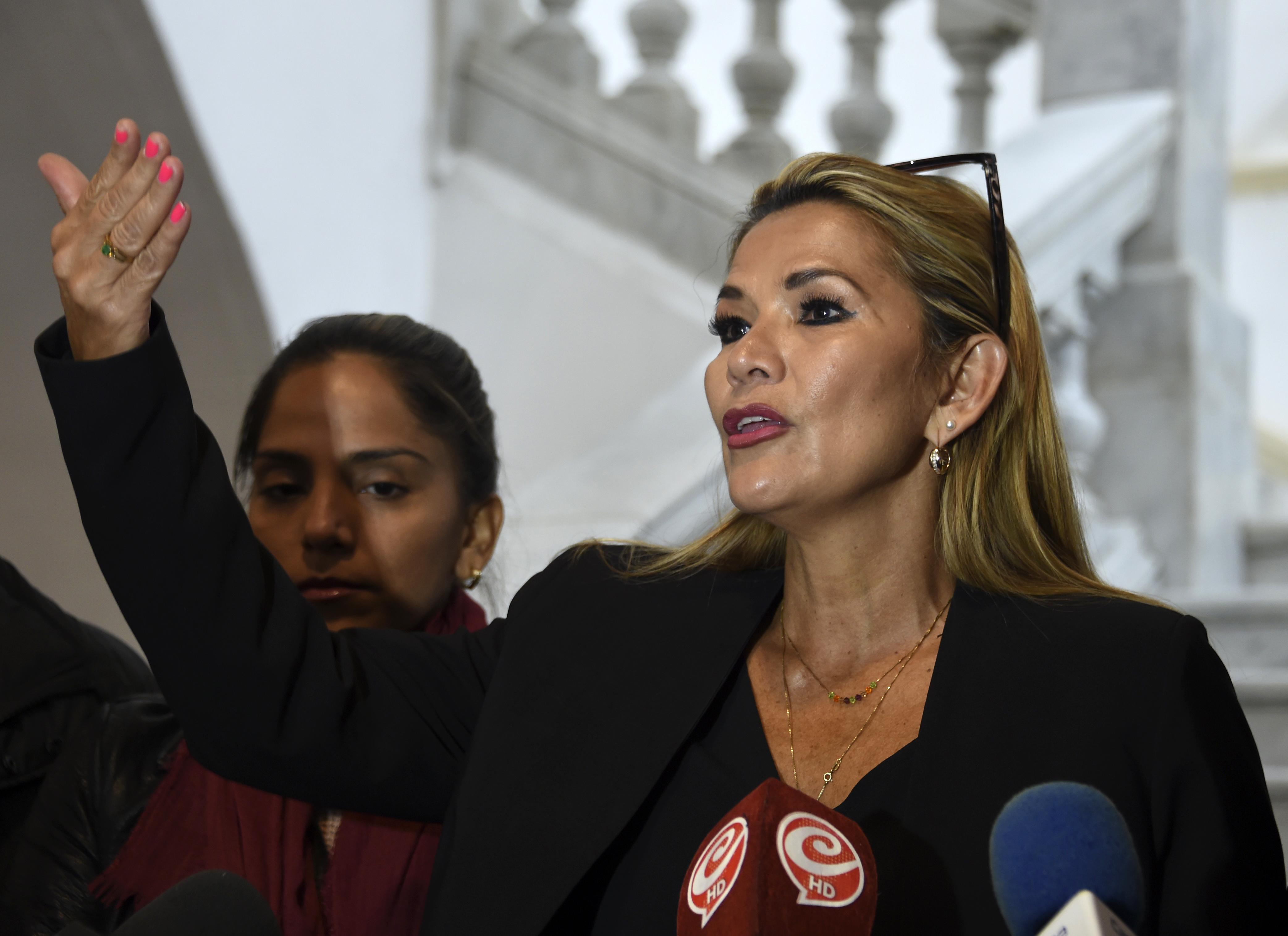 A senadora deve suceder a Morales como presidente interina, e prometeu convocar novas eleições para acabar com a crise política (Foto: AIZAR RALDES / AFP)