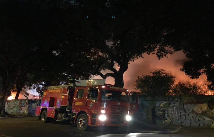Bombeiros ainda não têm informações sobre a origem das chamas  (Foto: Julliana Brito/ Esp DP)