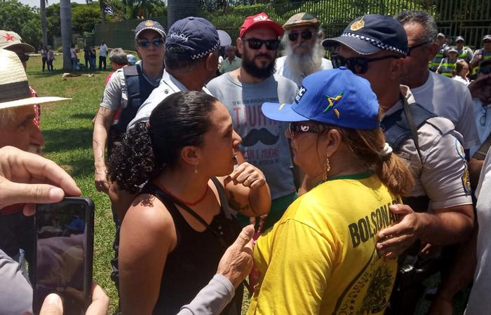 Apoiadores pró-Guaido e Maduro discutem em frente à embaixada da Venezuela em Brasília (Foto: JORDI MIRO / AFP)