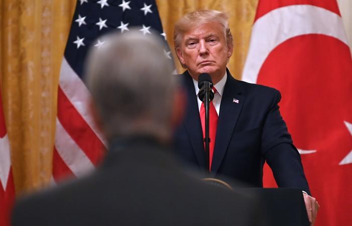 Nesta nova etapa do processo, a oposição quer angariar apoio à narrativa de que Trump atuou de forma irregular ao pressionar o presidente da Ucrânia, Volodimir Zelenski (Foto: JIM WATSON / AFP)