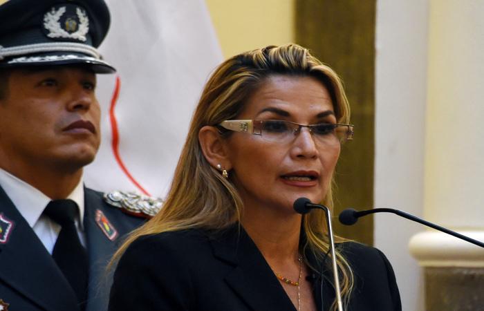 """Em pronunciamento, Jeanine Añez afirmou que """"a única coisa que os bolivianos querem é viver em paz"""" (Foto: AIZAR RALDES / AFP)"""