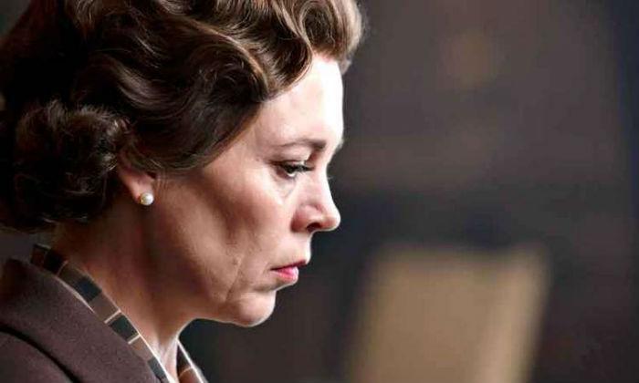 A atriz britânica Olivia Colman interpreta a tensa e reprimida Elizabeth II.  (Foto: Sophie Mutevelian/Divulgação.)