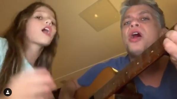 Enquanto o ator tocava violão e acompanhava na voz, a menina fazia uma performance da canção (Foto: Reprodução Instagram)