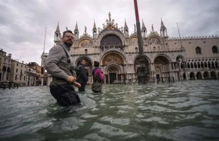 A previsão é que a água alcance um nível muito perigoso, depois de três dias de inundações  (Foto: Filippo Monteforte / AFP)