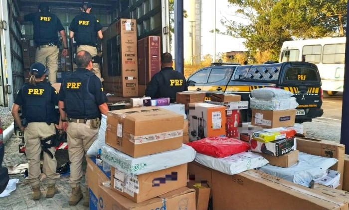 No interior do veículo foram encontrados 400 celulares e outros eletrônicos. (Foto: Reprodução/PRF.)