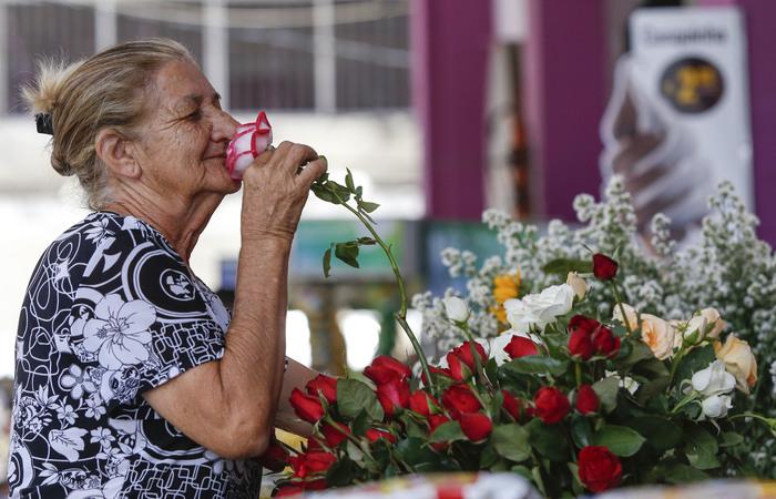 Ivonete, 66 anos, é florista na Guararapes há 38 anos. (Foto: Leandro de Santana/esp.DP)