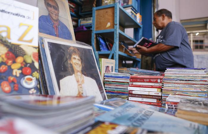 Antônio Sales, 77, lembra dos tempos de lucro alto com a venda de livros. (Foto: Leandro de Santana/esp.DP)