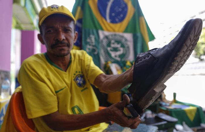 O sapateiro Brasil é simbolo da Avenida Guararapes. (Foto: Leandro de Santana/esp.DP)
