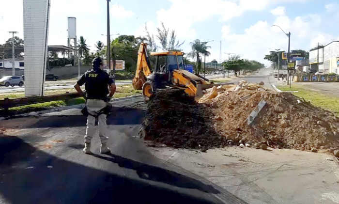 Protesto fecha BR-101 na divisa entre Igarassu e Abreu e Lima - Diário de Pernambuco