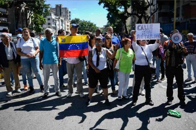 Ao menos 100 pessoas estiveram presentes na central avenida Libertador em manifestação. (Foto: Federico Parra/AFP)