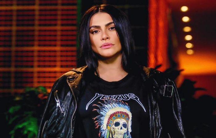 Durante a entrevista, que foi gravada no apartamento de Sabrina em São Paulo, a atriz e cantora também falou sobre os desafios de ter pais famosos (Foto: Reprodução/Instagram)