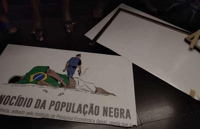 Nesta terça-feira, a placa foi arrancada e rasgada pelo deputado Coronel Tadeu. (Foto: Reprodução/Twitter)