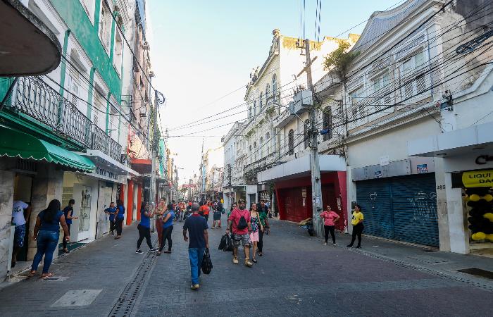 Movimentação na Rua da Imperatriz está morna, em pleno fim de ano. (Foto: Tarciso Augusto/Esp. DP.)