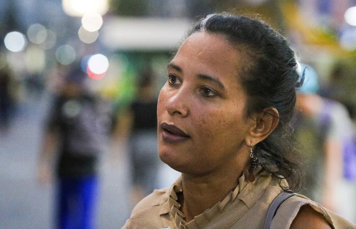 """O que era essa rua, hein?"", lamenta a estudante de pedagogia Verônica Diogo. (Foto: Tarciso Augusto/Esp. DP.)"