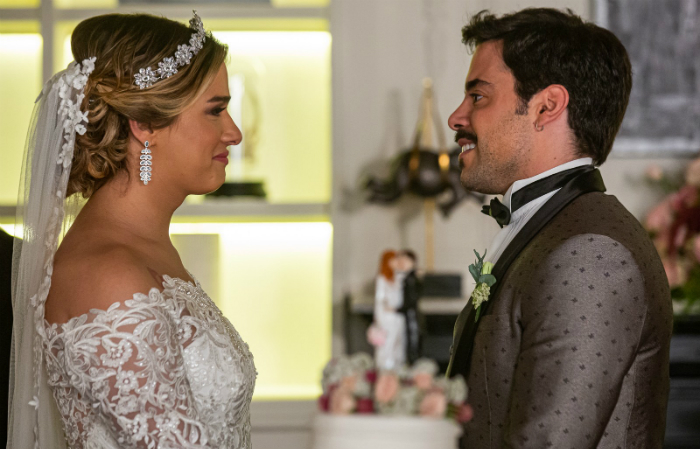 Britney e Abel se casaram no capítulo.  (Foto: Globo/Reprodução)