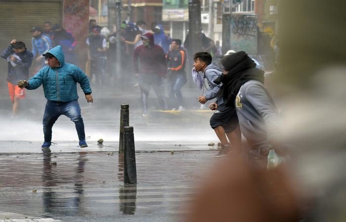 Na região sul da capital Bogotá foram registrados confrontos entre manifestantes e policiais, perto de estações de transporte público (Foto: RAUL ARBOLEDA / AFP)