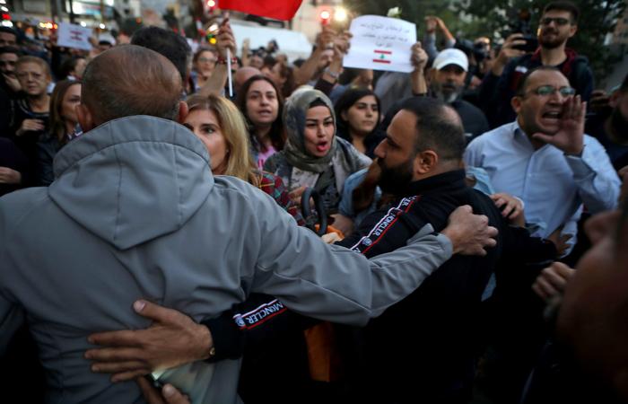 Na noite de domingo (24), integrantes dos movimentos xiitas Hizbullah e Amal atacaram os participantes de um ato no centro Beirute (Foto: Patrick BAZ / AFP)