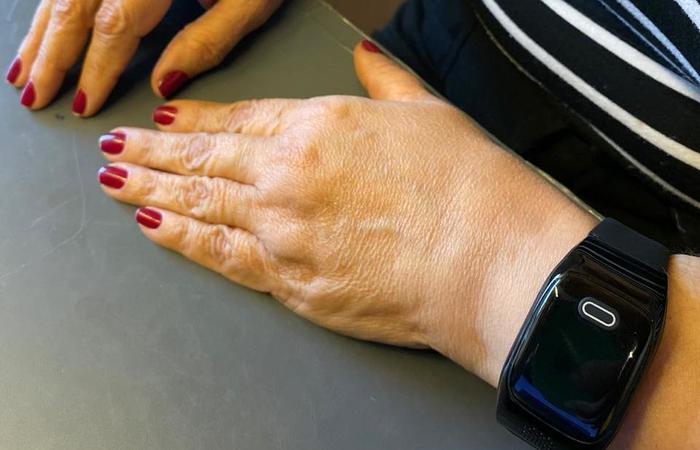 O dispositivo Anjo é um relógio de pulso ligado a uma central 24h, que conecta o idoso à sua família ou à emergência médica quando for necessário (Divulgação )
