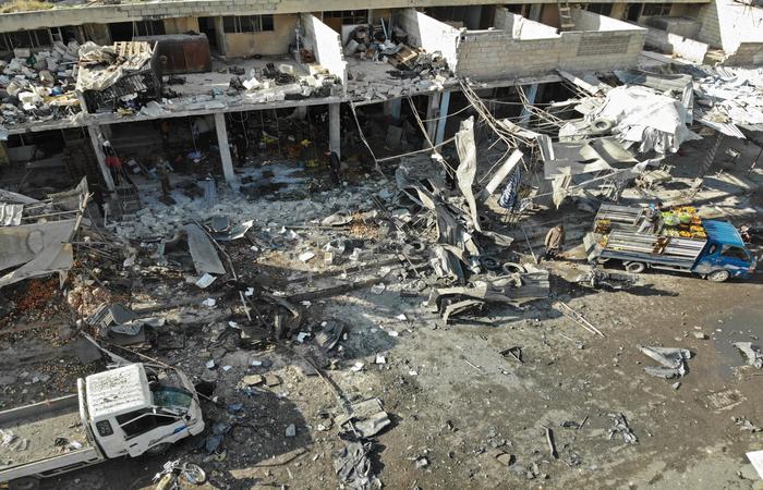 Os ataques atingiram sobretudo o mercado de Maaret al Numan, deixando 13 mortos, segundo a mesma fonte (Foto: Omar HAJ KADOUR / AFP)