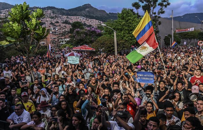 Pessoas comparecem a um concerto em apoio à greve contra o governo do presidente colombiano Ivan Duque, em Medellín, Colômbia, durante o décimo dia consecutivo de protestos (Foto: JOAQUIN SARMIENTO / AFP)