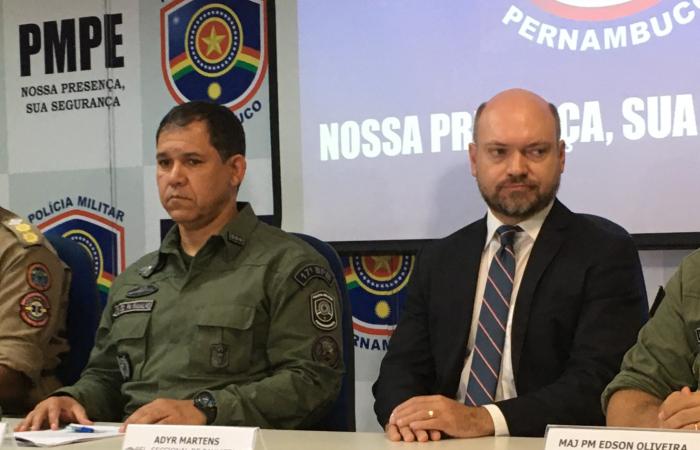 O tenente-coronel Marcos Ramalho e o delegado Adyr Almeida detalharam prisões realizadas no último fim de semana, em Olinda e Paulista. (Foto: Diogo Cavalcante/DP.)