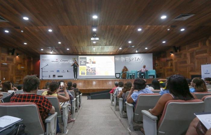 A professora Carolina Longman, surda de nascença, foi uma das palestrantes do seminário com o uso da linguagem dos sinais. Crédito: Leandro Santana Esp/DP
