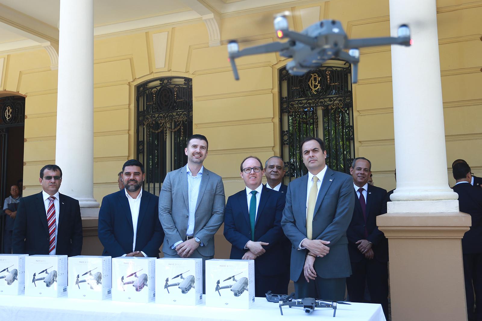 Governador Paulo Câmara recebeu equipamentos da direção do Banco Itaú. Foto: Hélia Scheppa/SEI