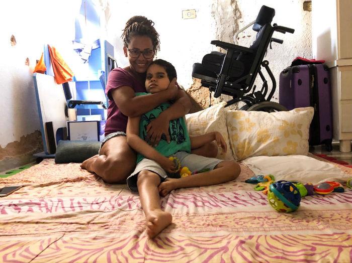 Elaine Cristina, 36, e o filho, Pedro, 9 anos.  (Foto: Anamaria Nascimento/DP.)