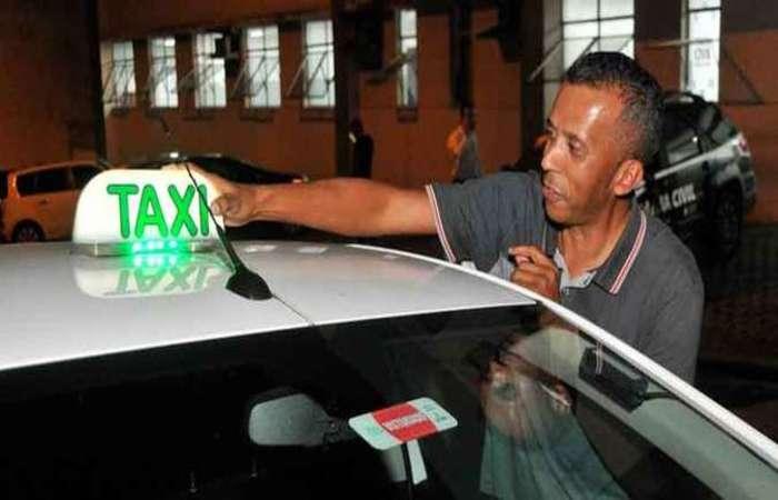 Luis Carlos Alves Fernandes, de 51 anos, está há 16 na profissão de taxista. (Foto: Marcos vieira/EM)