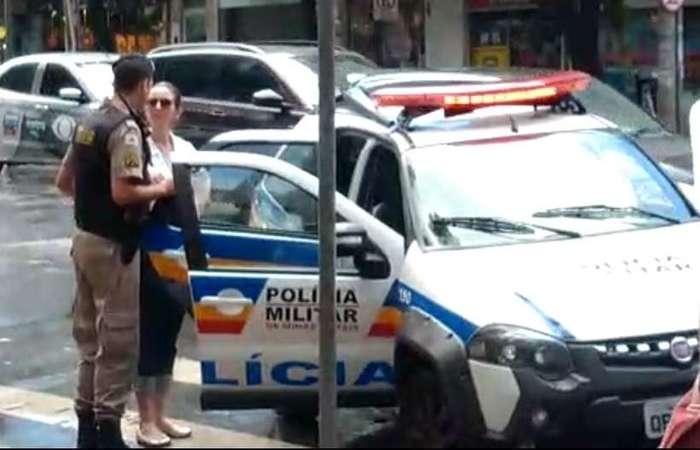 Natália Dupin, de 36 anos, disse a taxista que não andava com negros. Aos gritos de 'racista', ela foi conduzida por militares (WhatsApp/Reprodução)