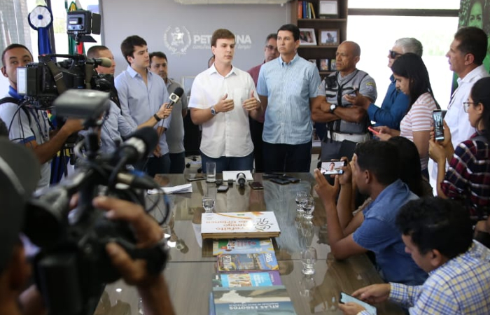 O prefeito de Petrolina, Miguel Coelho, convocou coletiva para falar sobre o atentado nesta quarta (11). (Foto: Alexandre Justino/Prefeitura de Petrolina.)