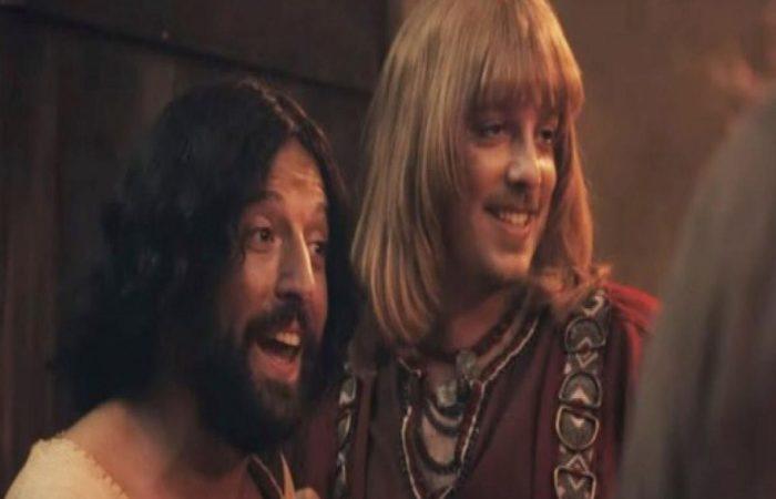 Os atores Gregório Duvivier, que interpreta Jesus, e Fábio Porchat, no papel de Orlando, o melhor amigo de Cristo no especial  (Reprodução/Netflix )