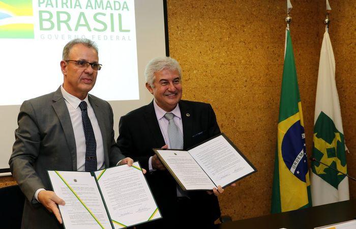 Os ministros titulares das pastas, Bento Albuquerque (MME) e Marcos Cesar Pontes (MCTIC), assinaram a portaria conjunta. (Foto: Wilson Dias/Agência Brasil)