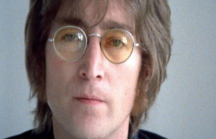 Esquecidos no banco de trás de um carro em 1968, os óculos foram colocados à venda por Alan Herring, motorista de Ringo Starr e George Harrison (Reprodução/Youtube)