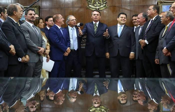 Onyx Lorenzoni (Casa Civil)Jair Bolsonaro, Paulo Guedes (Economia) e Davi Alcolumbre (DEM-AP) durante entrega do pacote econômico  (Sérgio Lima/AFP)