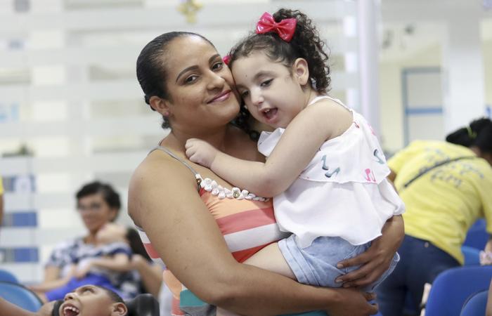Midiam viaja para o Recife diariamente para que sua filha Lara receba atendimento médico (Foto: Bruna Costa/Esp. DP)