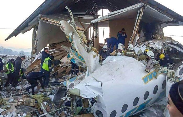Aeronave caiu 17 minutos após a decolagem  (Foto: Kazakhstan's emergencies committee/AFP)