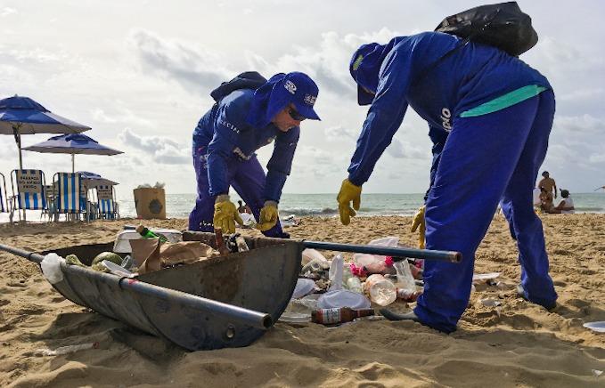 Equipes de limpeza trabalham na praia desde as 4h30 deste 1º de janeiro. (Foto: Diogo Cavalcante/DP.)