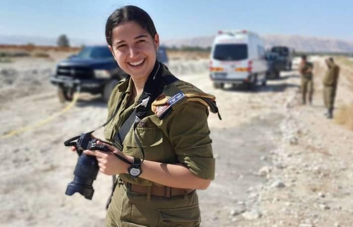 A soldada Idan Naaman, da equipe de fotógrafos combatentes das Forças de Defesa de Israel (FDI). (Foto: Divulgação )