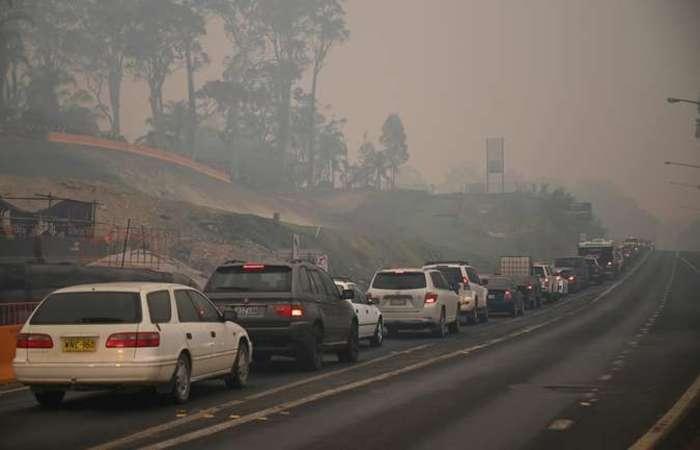 Os visitantes devem abandonar a região antes de sábado, quando as condições de combate aos incêndios devem piorar. (Foto: Peter Parks/AFP )