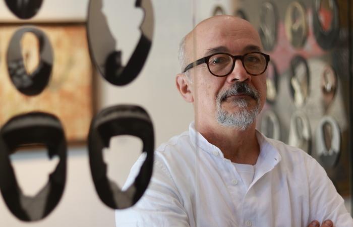 Marcelo Silveira entre os 12 artistas da mostra aberta nesta terça. (Foto: Bruna Costa/DP FOTO)