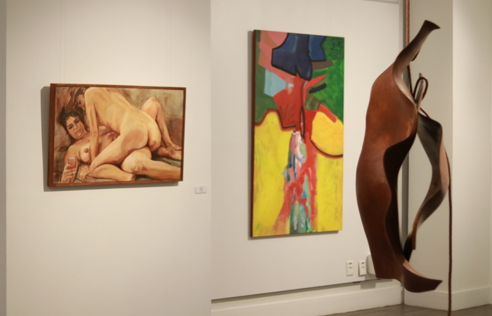 Na foto, as telas de Fefa Lins e Luciano Pinheiro ao lado da escultura vertical de Marcelo Silveira. (Foto: Bruna Costa/DP FOTO)