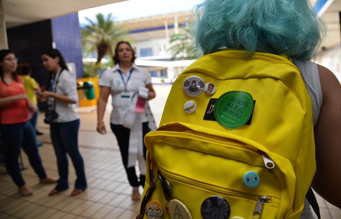 Uma das orientações dadas por especialistas é que a mochila seja usada o mais alto possível e sempre bem justa nas costas (Foto: Marcello Casal Jr/Agência Brasil)