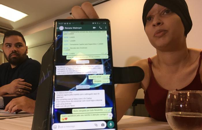 Débora mostrou conversas de WhatsApp com funcionária do Big à imprensa. (Foto: Diogo Cavalcante/DP.)