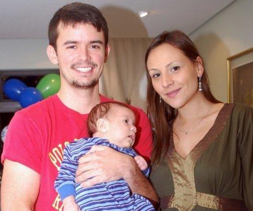 Analy Rosa e Alan Pierre segurando seu filho Theo alguns anos atrás (Foto: Reprodução/Blog Oficial Analy Rosa)