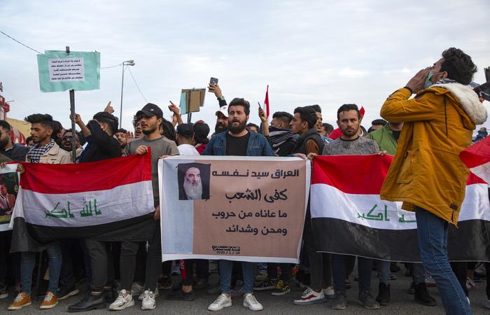Os protestos são duramente reprimidos e já deixaram 460 mortos e mais de 25 mil feridos (Foto: Hussein Faleh/AFP)