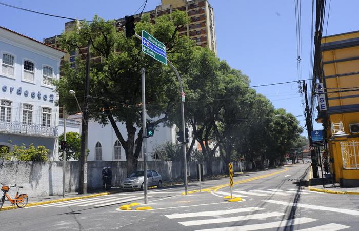 (As mudanças no trânsito na rua Dom Bosco começaram no sábado. Foto: Ricardo Fernandes Spia Photo/FOTO DP)