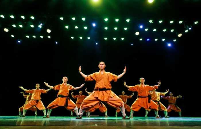 No palco, cerca de 20 artistas chineses revezaram-se em performances de dança. (Foto: Bruna Costa/Esp. DP)